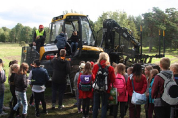Tusentals elever fick kunskap om skog och skogsbruk av Skogen i Skolan på #Bondeniskolan på Berga nbg.