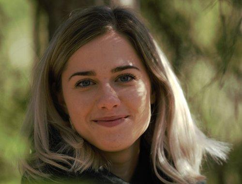 Amanda Bergman studerar till Skogskandidat och skriver ett examensarbete om Skogslektioner, Skogen i Skolans digitala läromedel.