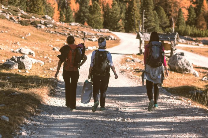 tre person går i naturen