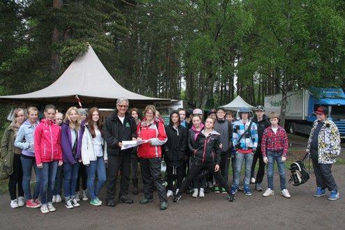 Regionsamordnare Jens Meyer och elever + lärare från Koppoms skola