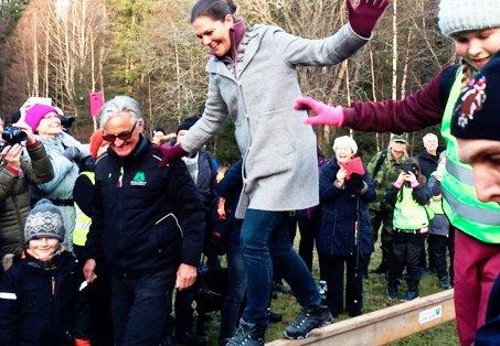 Kronprinsessan Victoria testade Skogen i Skolans station med timmerflottning