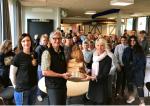 Jens Meyer, Skogen i Skolan, samt Katarina Nilsson, SG/Södra Viken, lämnar över träskulpturen till Forssnässkolans rektor Camilla Brandt
